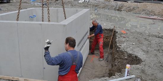 Versetzen eines Verteilerschachtes aus Beton